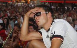 Tyskfans som gör en gest under fotbollvärldscuplekar Arkivfoto