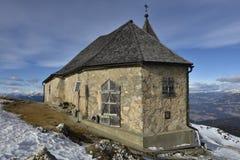 Tyskkyrka på det Dobratsch berget, Carinthia, södra Österrike Fotografering för Bildbyråer
