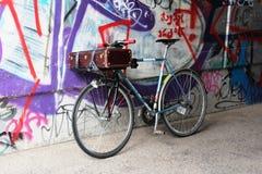 Tyskland Berlin: Gammal cykel mot bakgrunden av grafitti arkivbilder