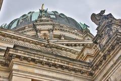TYSKLAND BERLIN - OKTOBER 02, 2016: Reichstag byggnad i Berlin, Tyskland Dedikation på friens betyder till tysken Arkivfoton