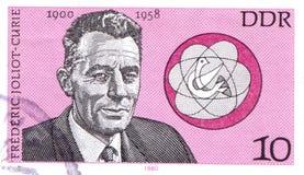 TYSKLAND - CIRCA 1980: en stämpel skrivev ut i Tyskland som visar Frederic Joliot-Curie, fransk fysiker, circa 1980 arkivfoton