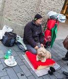 TYSKLAND FRANKFURT: 12 DECEMBER 2016 - barnet och smutsar ner tiggaren som frågar för några pengar på stadsflodbanken Royaltyfri Fotografi