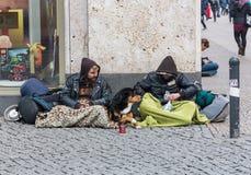 TYSKLAND FRANKFURT: 12 DECEMBER 2016 - barnet och smutsar ner tiggaren som frågar för några pengar på stadsflodbanken Royaltyfri Bild
