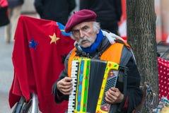 TYSKLAND FRANKFURT: 12 DECEMBER 2016 - europeiska gatamusiker som sammanträde på de fot- gatorna och spelamusiken Arkivfoto