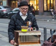 TYSKLAND FRANKFURT: 12 DECEMBER 2016 - europeiska gatamusiker som sammanträde på de fot- gatorna och spelamusiken Royaltyfri Fotografi