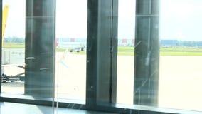 Tyskland - Hamburg flygplats - September 2015 - flygplanrullning som startar en fluga lager videofilmer