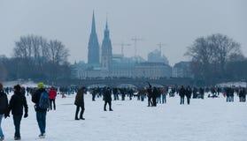 Tyskland Hamburg, is täckte Aussenalster under vinter arkivbilder