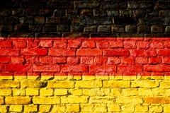 Tyskland i tysk, den Bundesrepublik Deutschland nationsflaggan målade på en tegelstenvägg Royaltyfri Bild