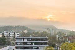 Tyskland Regensburg, April 04, 2017, soluppgång ovanför affären parkerar i Regensburg Royaltyfria Bilder