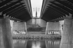 Tyskland Regensburg, mars 01, 2017, gatafotografi av en bro i Regensburg över Danubet River med grafitti om loen Arkivfoton