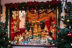 Tyskland Rothenburg obder Tauber, December 30, 2017: Skyltfönster Den Kathe Wohlfahrt Christmas garneringar och leksaken shoppar  Royaltyfri Foto