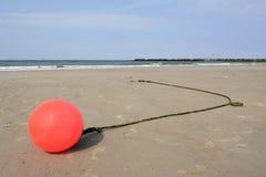 Tyskland Schleswig-Holstein, Heligoland, Nordsjön, strand, boj på lågvatten royaltyfri fotografi