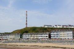 Tyskland, Schleswig-Holstein, Heligoland, Nordsjönkust, hus och kommunikationstorn Royaltyfri Fotografi