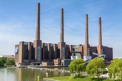Tyskland Wolfsburg, 05 06 2011 Fabriksrör av den Volkswagen växten i Tyskland, Wolfsburg royaltyfri bild