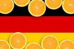 Tysklandflagga i citrusfruktskivahorisontalram royaltyfria foton