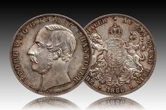 Tysklandtyskminted silvermynt 2 den dubbla thaleren Hannover för två thaler 1866 som isolerades på lutningbakgrund arkivfoto