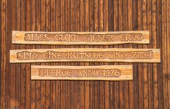 Tyskt citationstecken på en stor trädörr royaltyfri bild