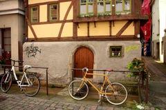 Tyskt hus med främsta cyklar Fotografering för Bildbyråer