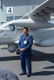 Tyskt spaningsplan Stemme Q01-100 ( Prototype) , och general Khalid al Kuwari ( Qatar) Royaltyfri Fotografi