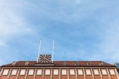Tyskt stadshus med fönster och klockan Fotografering för Bildbyråer