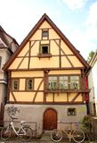 Tyskt stilhus med främsta cyklar Royaltyfri Bild