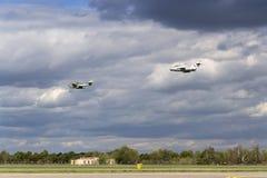 Tyskt strålkämpeflygplan Messerschmitt Me-262 Schwalbe och sovjetMikoyan-Gurevich MiG-15 flyg Royaltyfri Bild