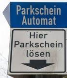Tyskt tecken för maskin för parkeringsbiljett royaltyfri foto