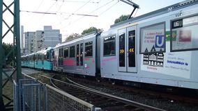 Tyskt u-bahndrev som lämnar stationen stock video
