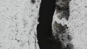 Tysmenytsya河鸟瞰图,冬时 轻的降雪 与飞行的顶视图技术 股票视频