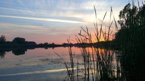 Tyst afton på sjön royaltyfria bilder