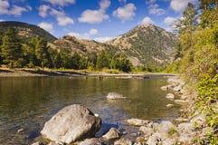 Tyst flod och berg Royaltyfria Foton