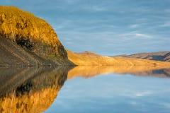 Tyst fortfarande liten vik i arktisken Arkivbilder