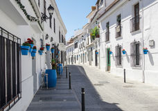 Tyst gata av den Mijas staden i siestatid Typisk vit stad i Andalusia, sydliga Spanien Royaltyfri Bild
