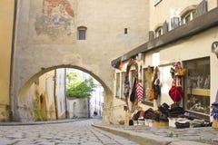 Tyst gränd i den medeltida staden av Passau Royaltyfri Bild