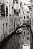 Tyst liten kanal i Venedig, Italien Royaltyfri Fotografi