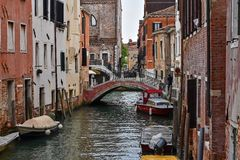 Tyst liten kanal Venedig royaltyfri foto