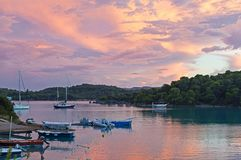Tyst liten vik på Porto-Heli, Peloponnese - Grekland Arkivfoto