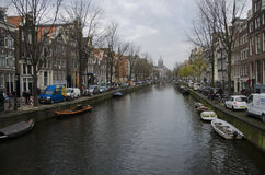 Tyst morgon på en kanal i Amsterdam royaltyfria foton