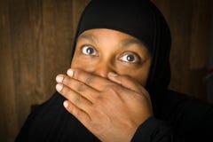 Tyst muslimsk kvinna som håller Royaltyfri Bild