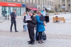 Tyst protest i den Dundee stadsmitten Skottland Folket protesterar med partiska ansikts- beläggningar i stadsmitten av Dundee in fotografering för bildbyråer