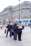 Tyst protest i den Dundee stadsmitten Skottland Folket protesterar med partiska ansikts- beläggningar i stadsmitten av Dundee in arkivbilder