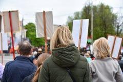 Tyst protesthandling i Vitryssland, demonstration med affischer arkivbild