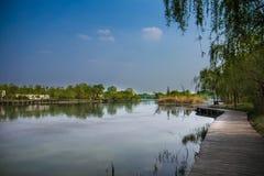 Tyst sjö och blå himmel Royaltyfria Foton