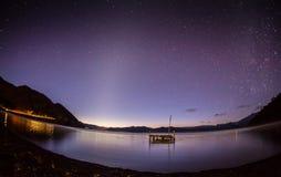 Tyst sjö under den stjärnklara himlen Arkivbilder