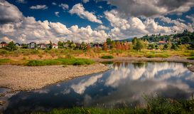 Tyst sommarafton vid floden arkivfoto