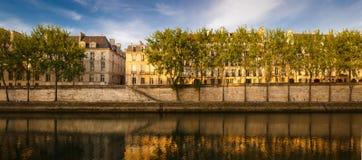 Tyst sommarmorgon vid floden Seine, Paris, Frankrike Royaltyfri Fotografi