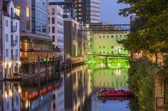 Tyst sommarnatt i den Hamburg-Harburg hamnen Fotografering för Bildbyråer