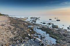 Tyst strand av Östersjön på gryning Arkivfoto
