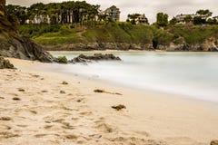Tyst strand i Asturias Arkivfoto