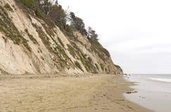 Tyst strand på en molnig dag arkivbilder